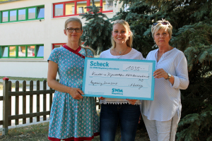 Paula Böhme & Cornelia Kolberg von der SWM überreichen Kathleen Metzner vom AWO KJT Ihre Spende